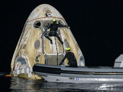 Uma equipe de apoio recebe a cápsula 'Resilience' com quatro astronautas a bordo, nas águas do golfo do México, neste domingo.