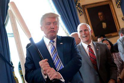 Trump brinca com o vice-presidente Mike Pence.