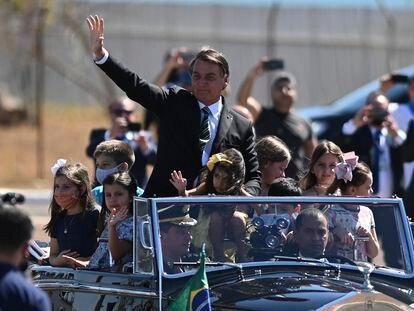 Jair Bolsonaro com crianças no Rolls Royce presidencial, durante o 7 de setembro, em Brasília