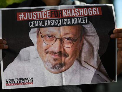Amigo de Jamal Khashoggi segura cartaz em ato na frente do Consulado de Istambul da Arábia Saudita pelos dois anos de seu assassinato, em  outubro de 2020.