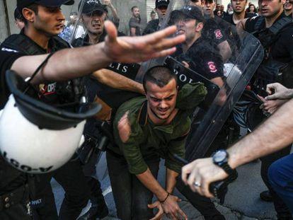 Polícia avança contra um defensor dos direitos LGBTI em Istambul.