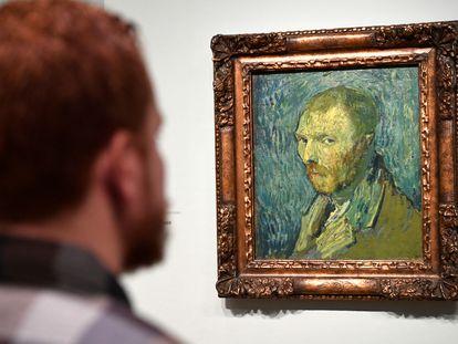 Visitante observa autorretrato de Van Gogh no museu dedicado ao artista em Amsterdã, em 20 de janeiro deste ano.