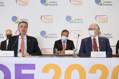 Os ministros Roberto Barroso e Edson Fachin, no TSE.
