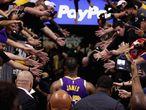 El jugador de Los Ángeles Lakers de la NBA LeBron James se retira al túnel de vestuarios tras un partido