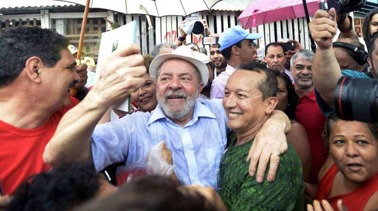 Lula abraça eleitores em Recife durante giro pelo Nordeste em dezembro de 2017