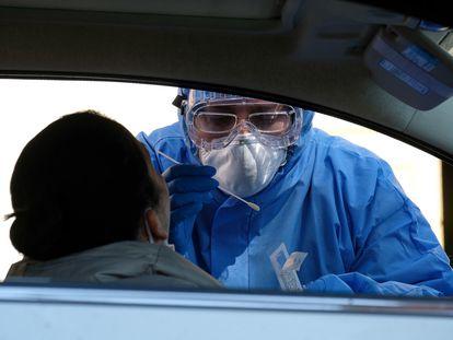 Profissional colhe material para teste de coronavírus na Itália.