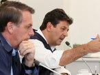 O presidente Jair Bolsonaro e o ministro da Saúde, Luiz Henrique Mandetta, durante teleconferência com prefeitos.