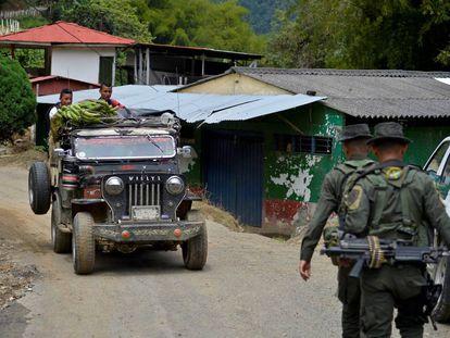 Policiais fazem patrulha no município de Trujillo.