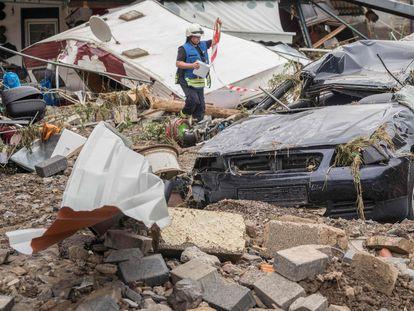 Um bombeiro inspeciona os escombros de uma casa na localidade de Schuld, no oeste da Alemanha, nesta quinta-feira. Em vídeo, imagens dos destroços.