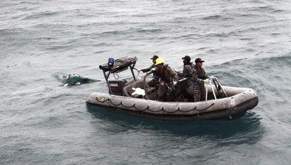Equipe de resgate recupera um dos cadáveres.