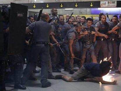 Ação da PM e de seguranças do metrô de SP em janeiro deste ano.