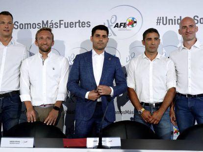 David Aganzo (centro), presidente da Associação dos Futebolistas Espanhóis, com outros integrantes da diretoria, nesta sexta-feira.