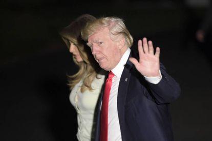 Donald Trump e sua esposa Melania, no sábado ao chegar à Casa Branca