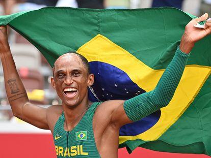 O atleta Alison dos Santos celebra a medalha de bronze após a final do 400 metros com barreiras, em Tóquio.