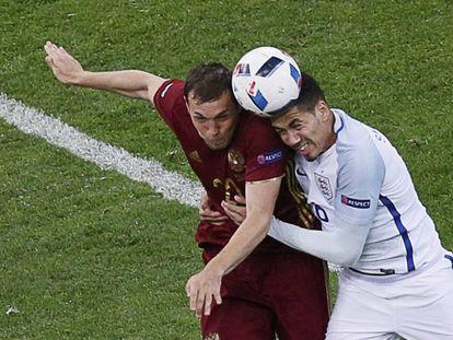 Dzyuba e Smalling disputam a bola.