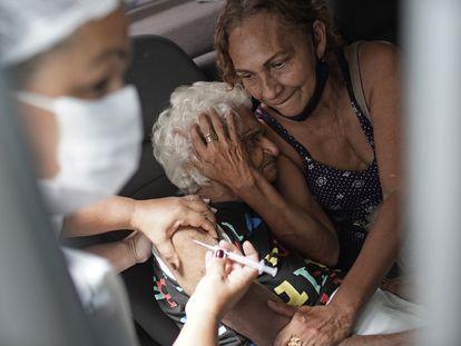 Uma mulher recebe a vacina chinesa Sinovac no Rio de Janeiro, em fevereiro.