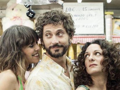 Paco León, entre Belém Custa (esquerda) e Ana Katz, no filme 'Kiki, os segredos do desejo'.