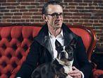 Chuck Palahniuk, durante la sesión de fotos en el café Rose City de Portland, con su perra 'Egg'.