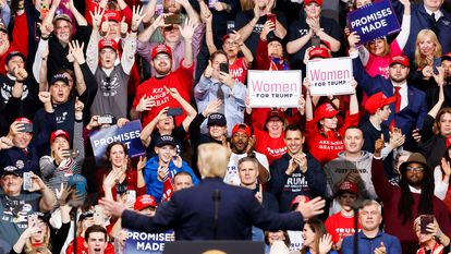 Donald Trump em seu primeiro ato de campanha após ser absolvido no processo de impeachment no Senado, nesta terça-feira, em New Hampshire.