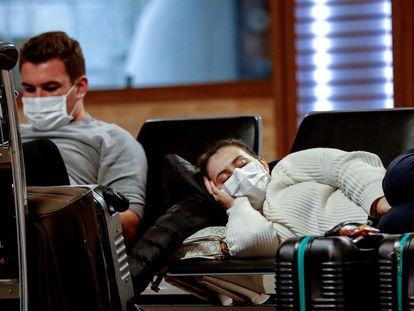 Passageiros usam máscaras como precaução para o coronavírus no Aeroporto Internacional de Guarulhos.