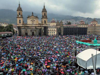 Milhares de pessoas ocupam a praça Simón Bolívar de Bogotá na quinta-feira. Em vídeo, a polícia usa gás lacrimogêneo para dispersar manifestantes.