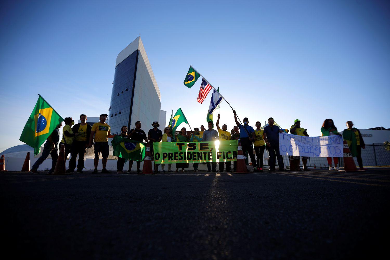 Apoiadores do presidente Bolsonaro em frente ao TSE.