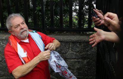 Lula cumprimenta apoiadores que se reuniram em frente a sua casa em São Bernardo, neste domingo.