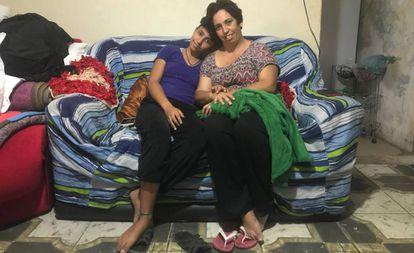A estudante Winnie Sally de Oliveira com a mãe dela, Liliane de Oliveira.