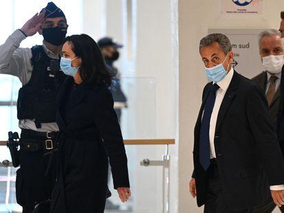 O ex-presidente francês Nicolas Sarkozy chega ao tribunal que o julgou em Paris, nesta segunda-feira.