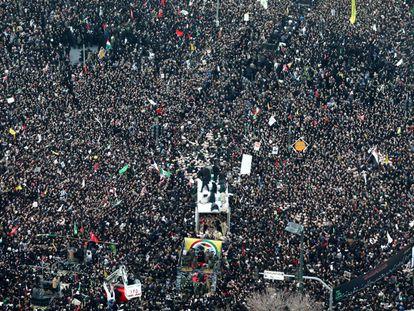 Multidão se reúne na cidade iraniana de Mashhad para homenagear o general Qasem Soleimani.