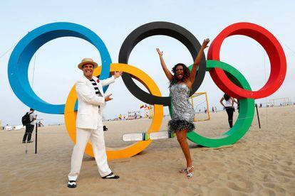 Performance frente os aros olímpicos instalados na praia de Copacabana.
