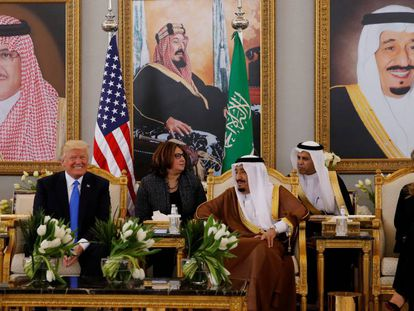 O rei Salman, da Arábia Saudita, entre Donald Trump e Melania Trump.
