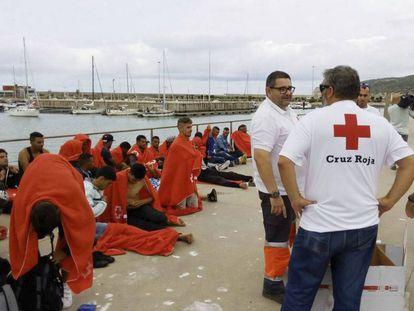 Membros da Cruz Vermelha prestam atendimento no porto de Barbate (Cádiz) a 45 pessoas resgatadas no mar na semana passada.