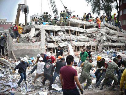 Socorristas buscam sobreviventes nos escombros de um edifício que desabou no México após o terremoto