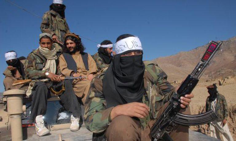 Latif Mehsud (no centro), antigo número dois do Talibã paquistanês preso em 2013, na região tribal de Orakzai, em 2008.