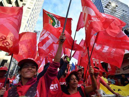Bandeiras da CUT em protesto em São Paulo