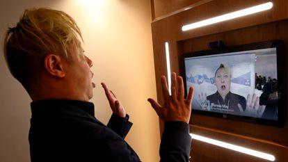 Professor de ciência da computação da Universidade do Sul da Califórnia, Hao Li demonstra 'deepfake' da ex-primeira-ministra britânica Theresa May no Fórum Econômico Mundial, em janeiro.