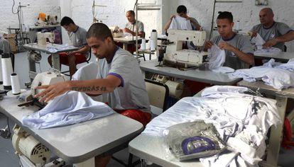 Presos costuram uniforme escolar em Minas Gerais.