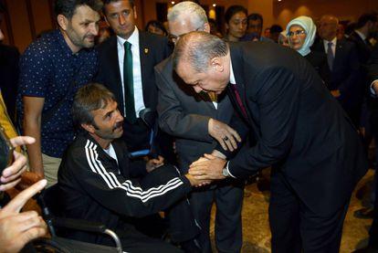 Erdogan aperta a mão de homem que ficou ferido no levante.