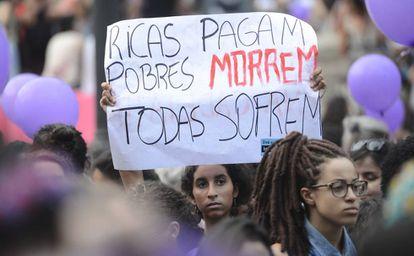 Mulheres pela descriminalização do aborto fazem ato no Rio, em março de 2016.