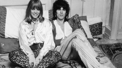 Anita Pallenberg, musa dos Rolling Stones, com Keith Richards em uma imagem de dezembro de 1969.
