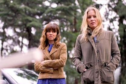 Applegate atua com Linda Cardellini na série 'Dead to me'.