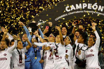 Jogadoras da Ferroviária comemoram a conquista da Copa Libertadores, neste domingo, em Buenos Aires.