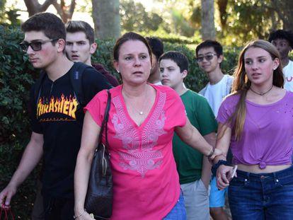 Mães e estudantes, nesta quarta-feira, na escola da Flórida.