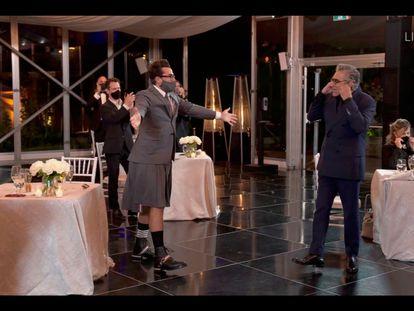 Daniel Levy e Eugene Levy recebem o Emmy por 'Schitt's Creek' em sua festa em Toronto, neste domingo