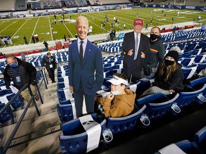 Duas imagens de cartolina dos candidatos presidenciais Joe Biden e Donald Trump durante um jogo de futebol americano universitário, no Kentucky.