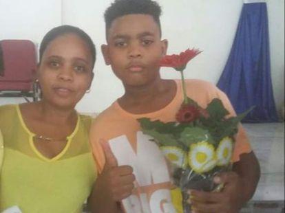 Rafaela e o filho João Pedro, uma das vítimas de operações na pandemia.