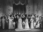 Fotografía de la familia real británica en la boda de la princesa Isabel y el Príncipe Felipe, Duque de Edimburgo, el 20 de noviembre de 1947.