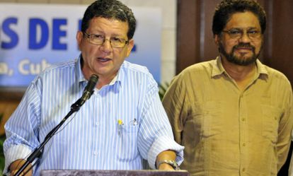 O segundo homem das FARC, Luciano Marín, escuta o membro da guerrilha Pablo Catatumbo, em Havana.
