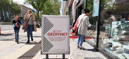 Loja de sapatos numa rua comercial de Berlim exibe cartaz dizendo que pessoas imunizadas podem entrar sem mostrar exame negativo.